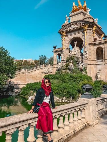 Muslim travel blogger posing at Parc de la Ciutadella