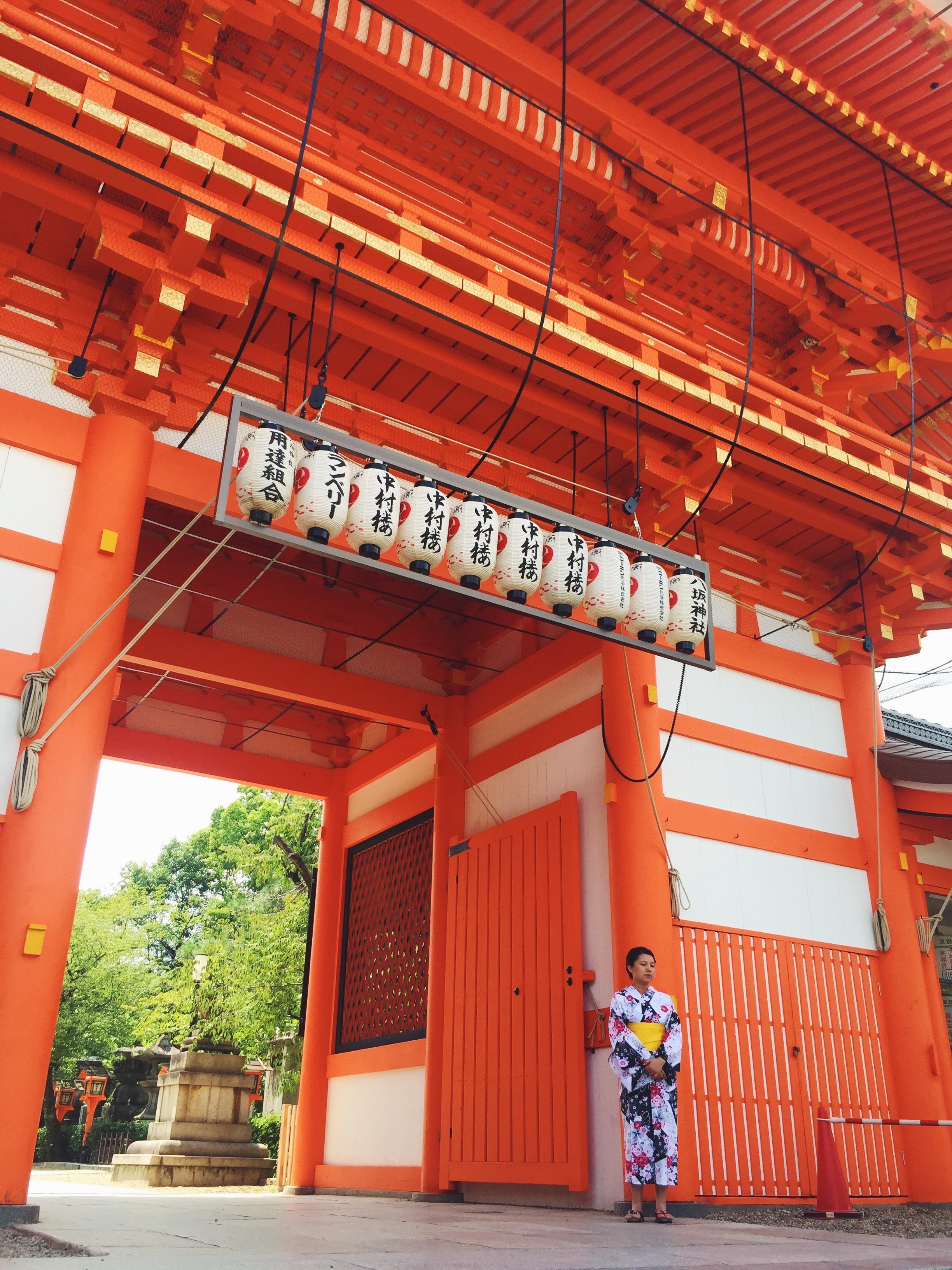 Muslim-halal-travel-Kyoto-Yasaka-Shrine-Entrance.jpg