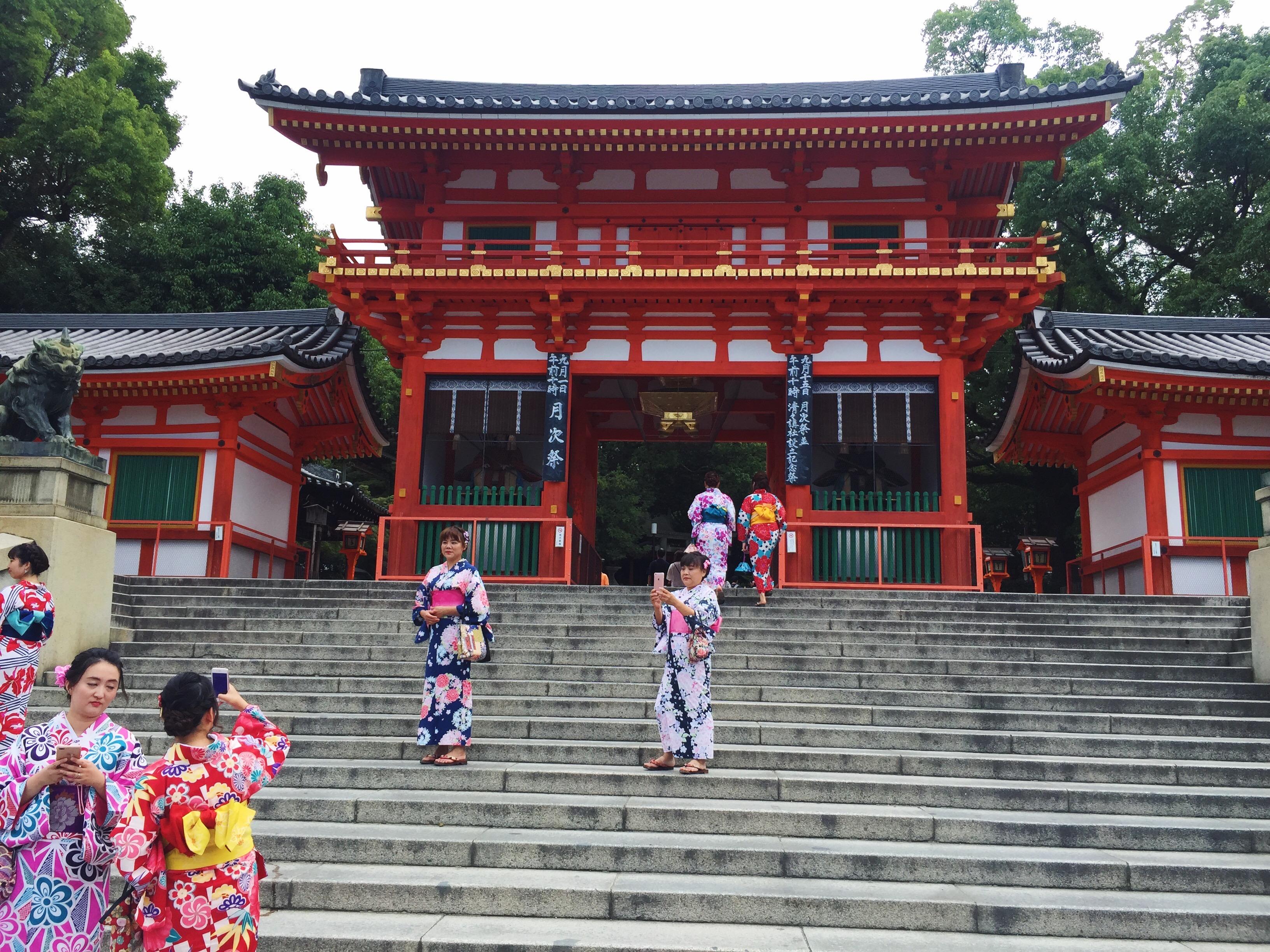 Muslim-travel-halal-Kyoto-Yasaka-Shrine.jpg