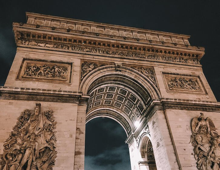 Architecture of Arc de Triomphe at night